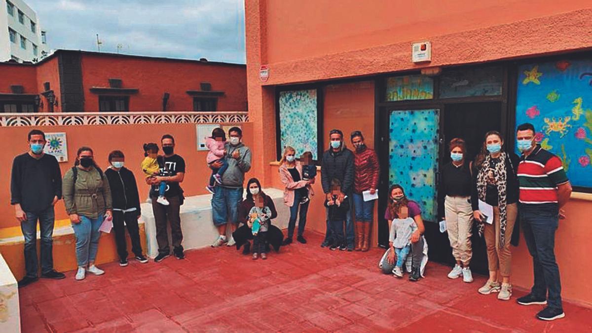 La sede de la escuelita de Bajamar con algunos de los padres que reivindican la reapertura del centro el próximo curso.
