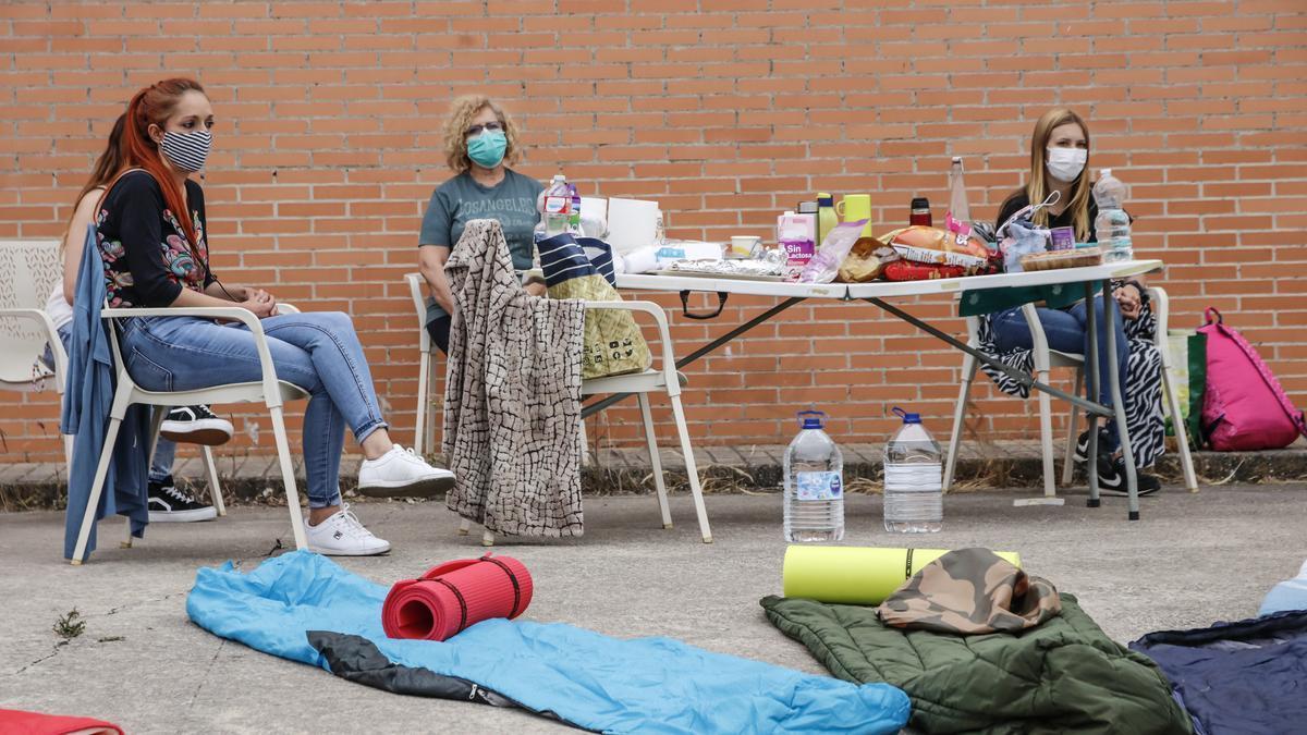 La plantilla de Feafes en Cáceres acampa en las inmediaciones del centro asistencial para protestar por los impagos de sus salarios, este jueves.