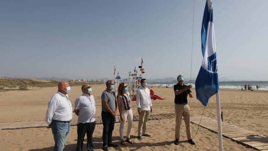Elche iza la bandera azul en las playas