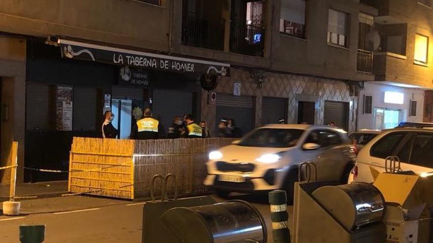 La policía desaloja en Castelló un bar con más de 30 personas sin mascarilla y fuera de horario