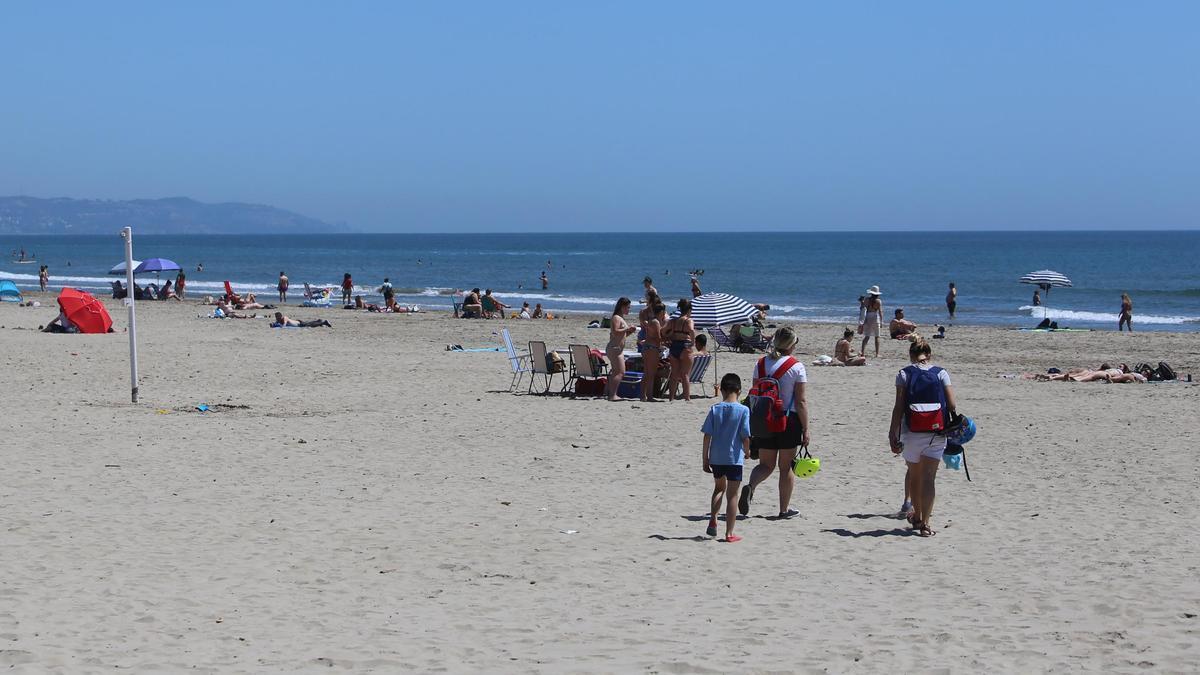 Imagen de la playa de Castellón con afluencia de visitantes.