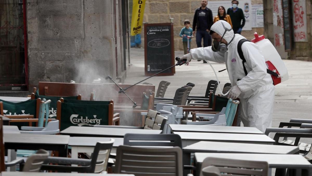 Labores de desinfección en una terraza de Vigo // J. Lores