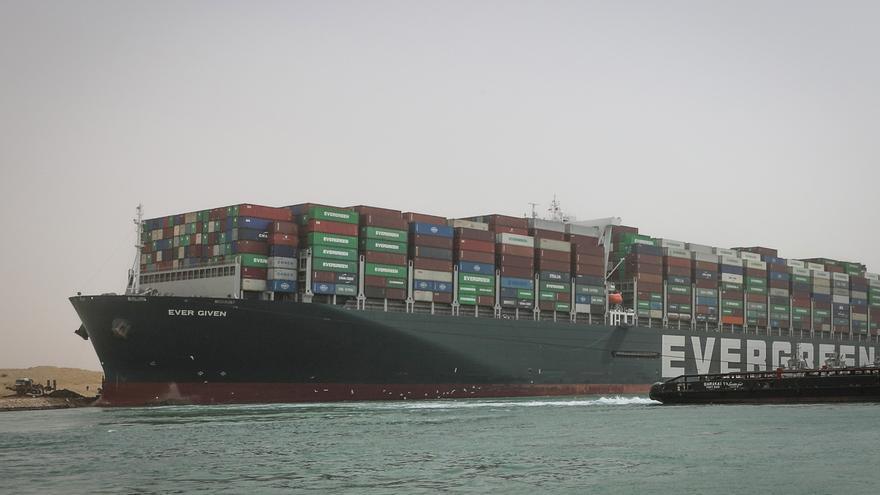 El Canal de Suez suspende temporalmente la navegación mientras reflotan el buque varado