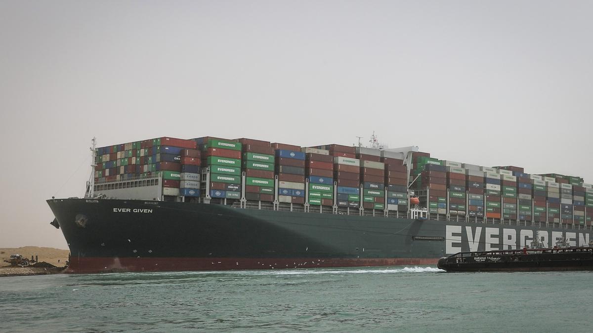 Imagen del enorme buque varado en el Canal de Suez.