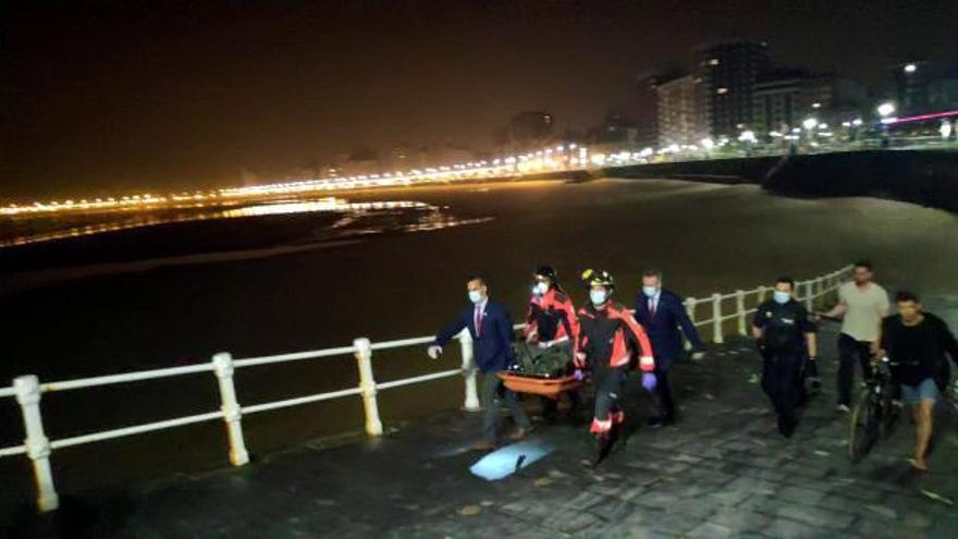 Fallece un joven en la playa de Gijón al ir a ayudar a su novia, que fue rescatada con vida