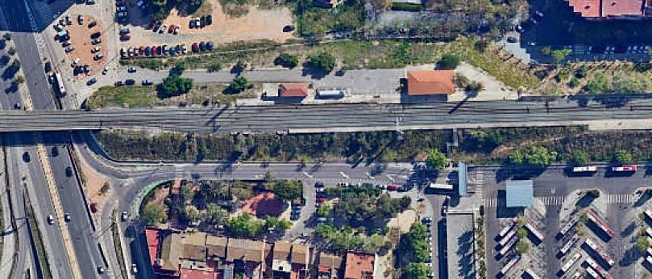 El talud de las vías del tren  aislan el barrio histórico de San Isidro de la parte nueva.   LEVANTE-EMV