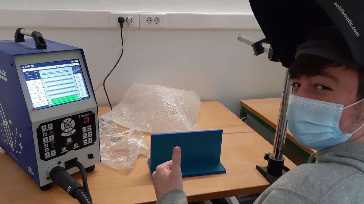Un alumno en el aula de simulación con realidad aumentada en la FP de soldadura del IES Miralbueno.