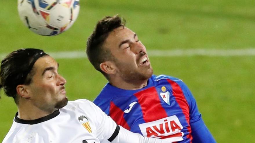 El Eibar se topa con los palos y el Valencia con Dmtrovic