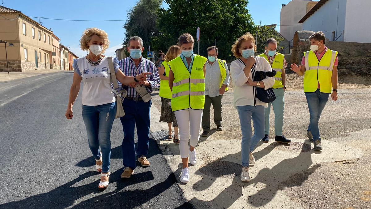 Las autoridades, en la visita que han realizado esta mañana a la travesía de Fuentes de Ropel
