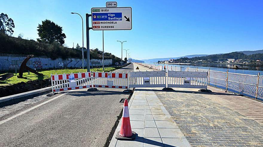Las obras del paseo marítimo obligan a cortar al tráfico la autovía de Marín