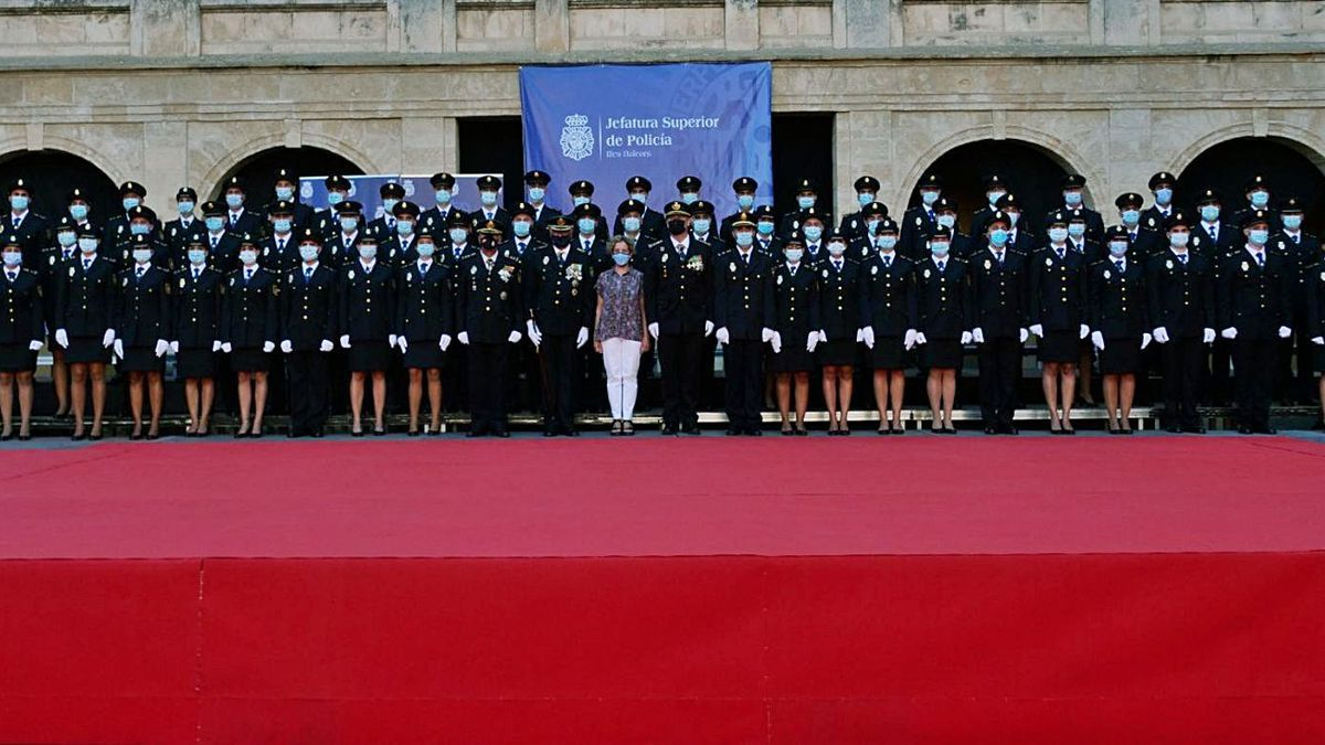 Los nuevos agentes de la Policía Nacional, con la delegada del Gobierno, en La Misericòrdia. | POLICÍA NACIONAL