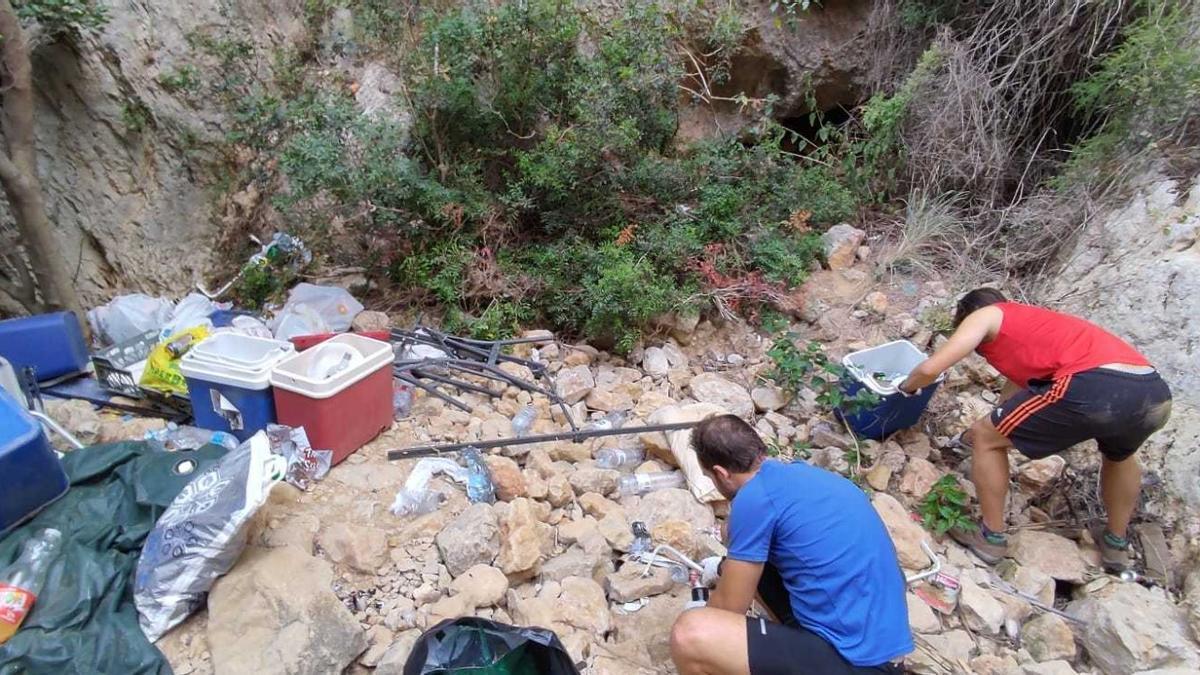 Els voluntaris retiren el fem acumulat. Hi abundaven les neveres trencades
