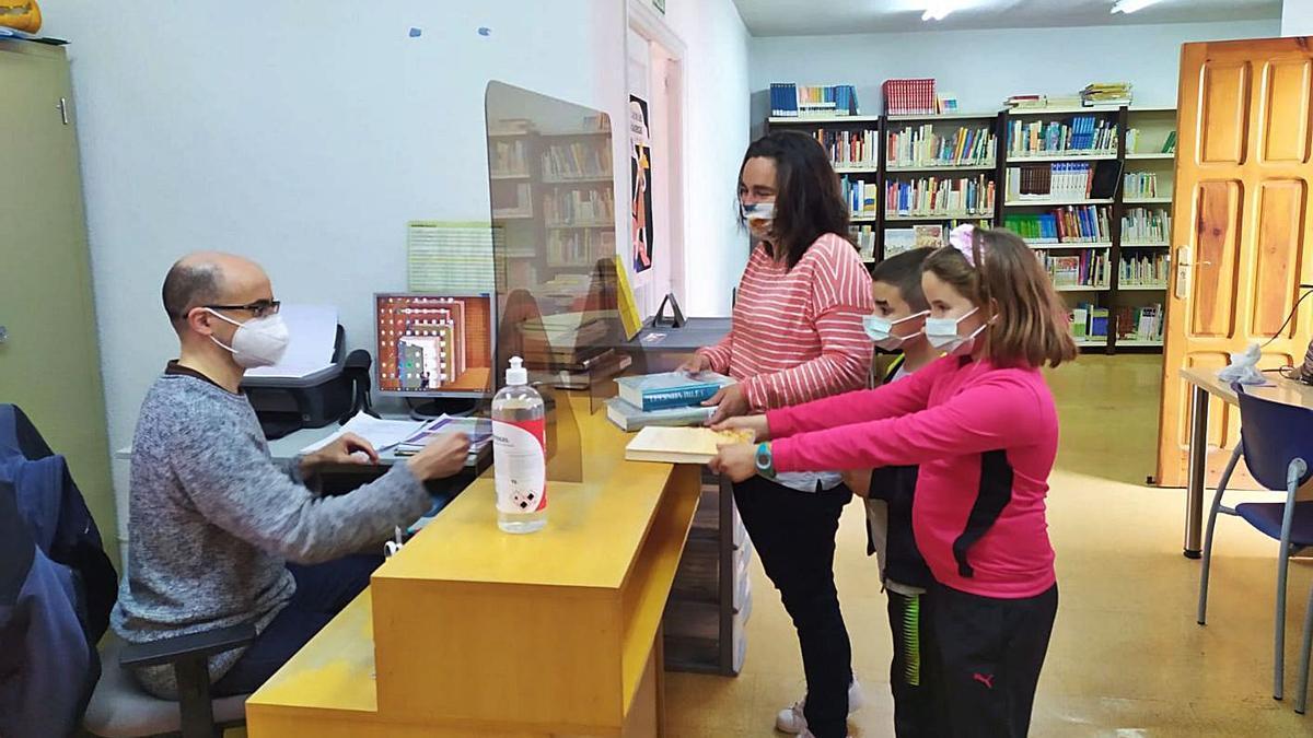 Varios usuarios, en las instalaciones de la biblioteca una vez reabierta. | Cedida