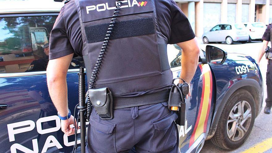 Lesiona a dos policías tras ser detenido por intentar acuchillar a su pareja