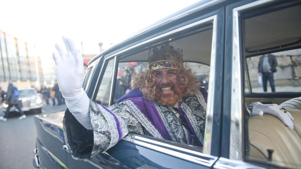 Melchor saluda desde un coche