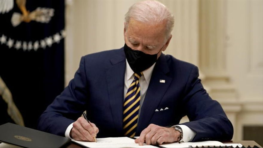 Biden duplica el salario mínimo y amplía la ayuda para alimentos