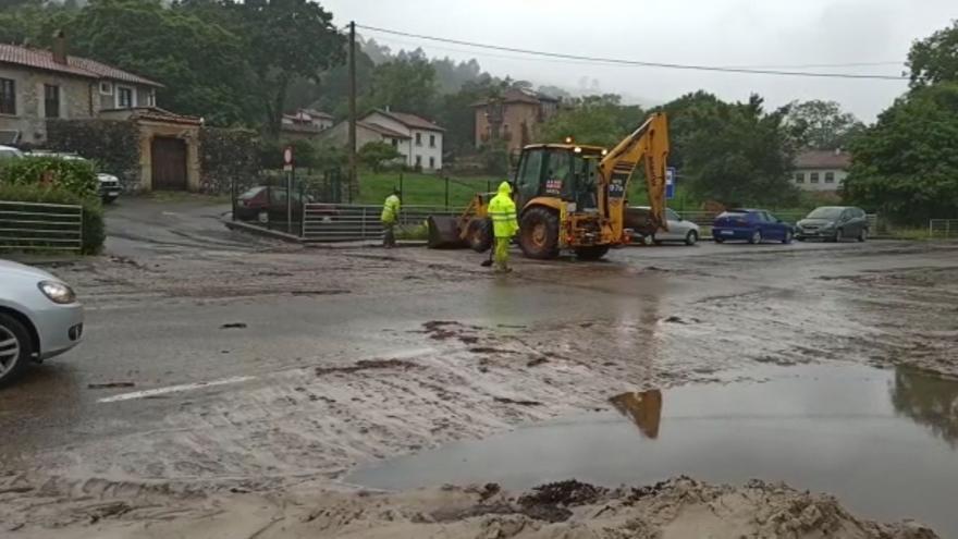 Limpian las carreteras de Llanes, a la altura de Vidiago, ante el barro acumulado por el temporal