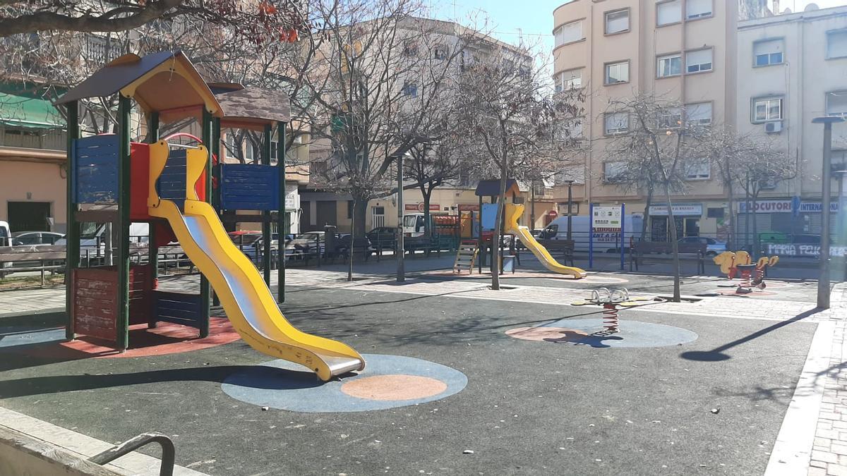 Juegos infantiles sin precintar en la ciudad de Alicante, en una imagen del PSOE