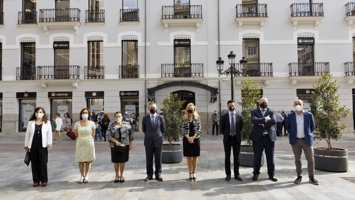 C. Lázaro, S. Ten, D. Guillamón, E. Baamonde, A. Marco, F. González, J. García y S. Pérez, frente a la nueva sede.