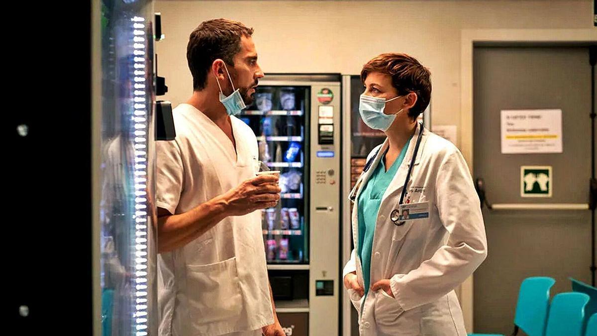 Paco León y Leonor Watling son los protagonistas de la serie que se emite en Disney+.   FILMAFFINITY