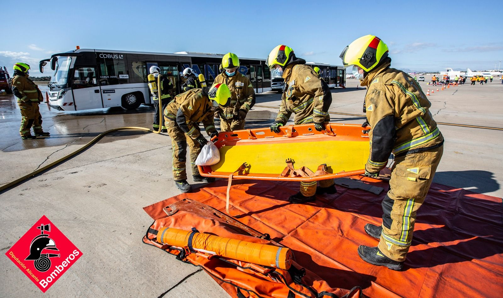 Simulacro de accidente aéreo en el aeropuerto de Alicante-Elche