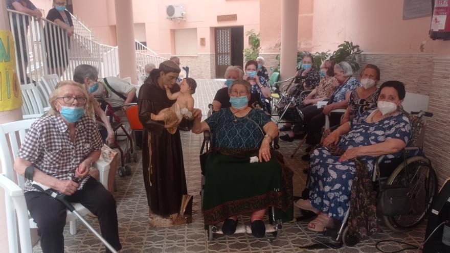 El grupo de la Pastoral de la Salud acerca la imagen de San Antonio a los mayores en Torrejoncillo