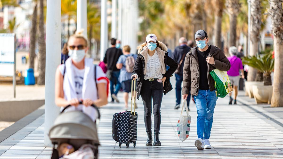 Una pareja de turistas camina por el paseo de Levante de Benidorm el fin de semana pasado