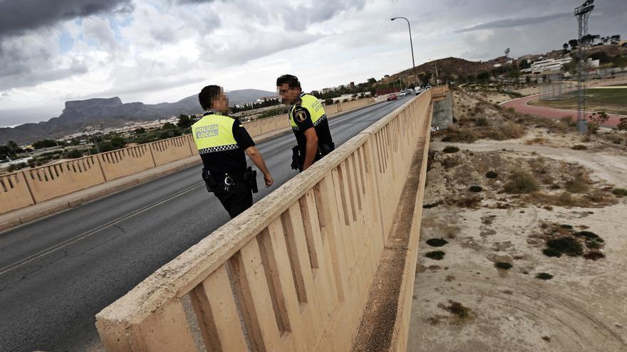 """La Policía de Elda salva """"in extremis"""" a un hombre antes de lanzarse por el puente de la Libertad"""