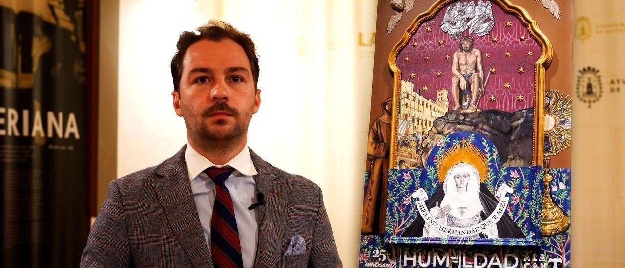 El artista con el cartel del XXV aniversario de la Humildad y Paciencia