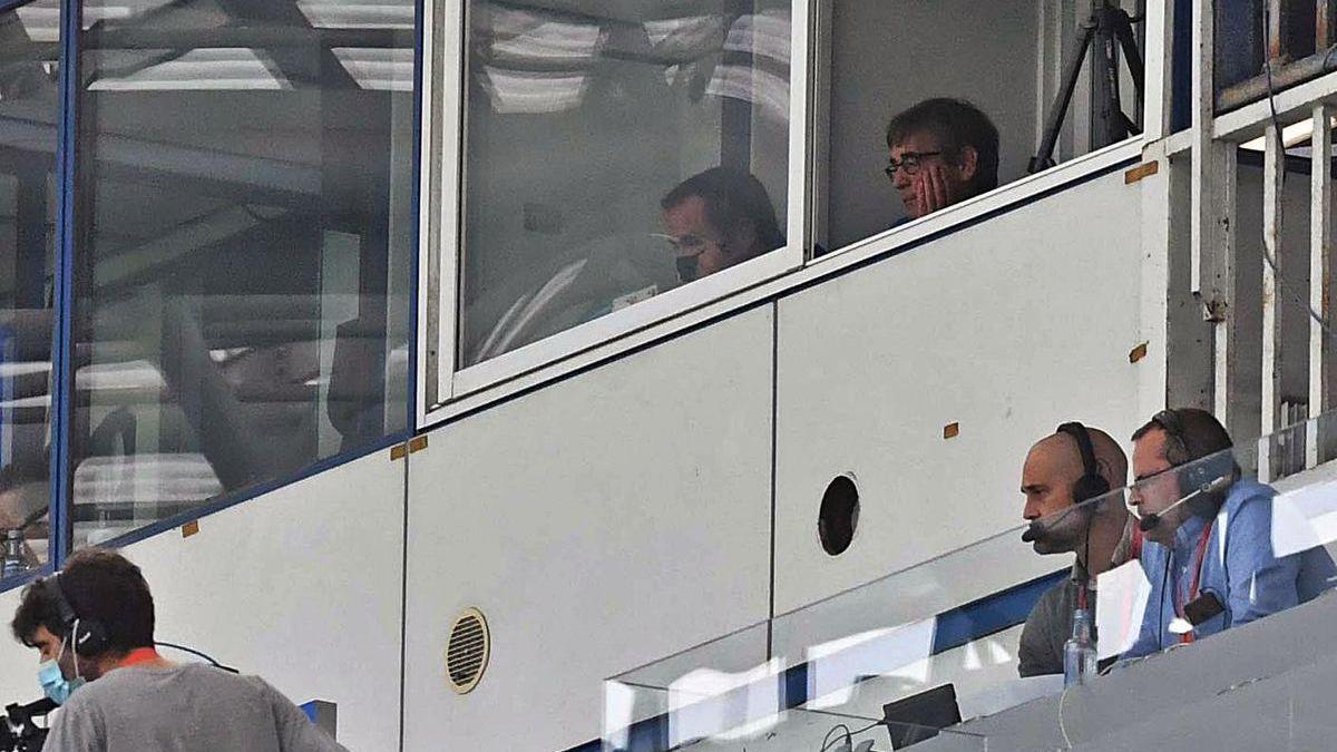 Fernando Vázquez, en la cabina desde la que siguió ayer el partido.