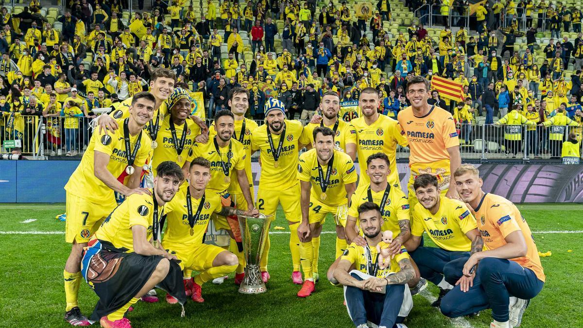 Los canteranos del Villarreal que ganaron la Europa League, con el trofeo en Gdansk.