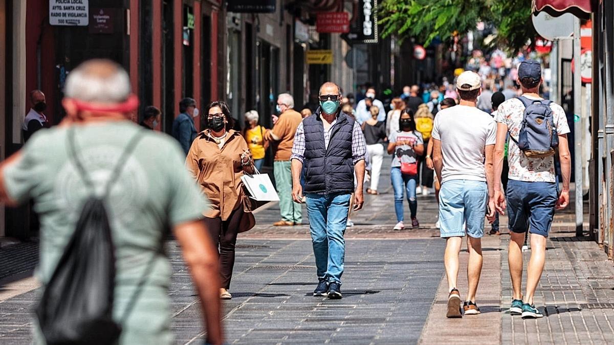 Personas pasean por la calle Castillo, en Santa Cruz de Tenerife.