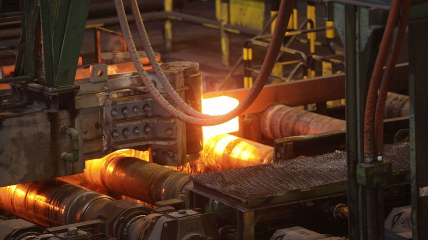 El Gobierno planea usar fondos europeos para rebajar la luz a las grandes fábricas
