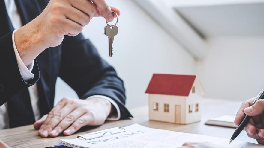 Las hipotecas sobre viviendas frenan su caída hasta el 2,4%