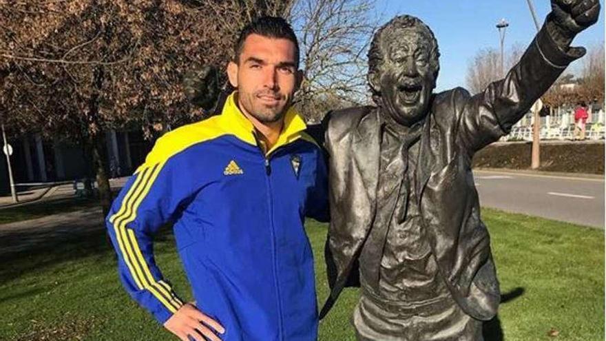 Barral visitó la estatua de Preciado durante la visita del Cádiz a Gijón