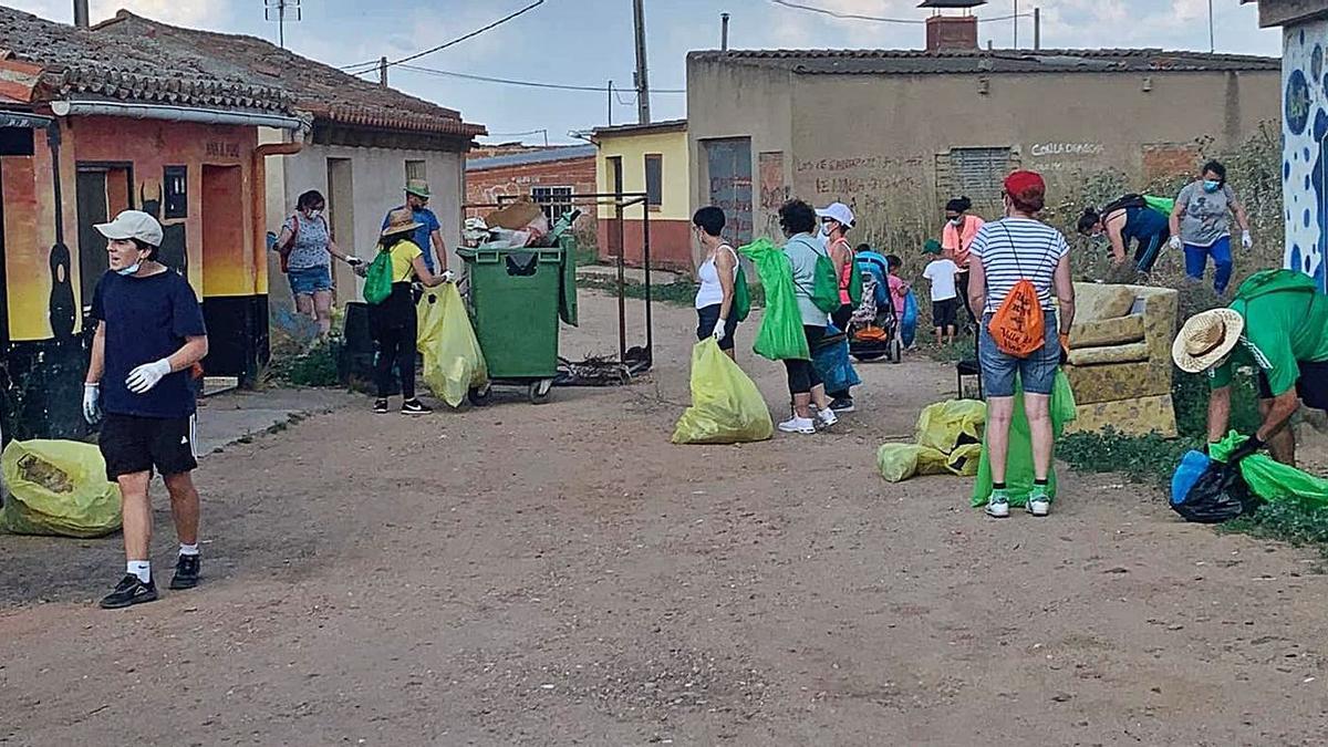 Numerosos voluntarios, en la recogida de basura en Morales de Toro | Cedida