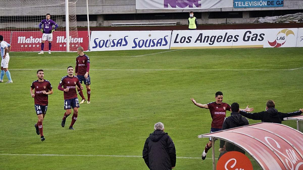 Jorge Fernández celebra el primer gol del empate con el técnico.