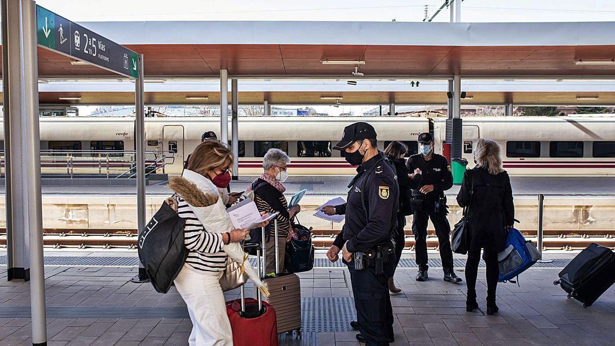 Controles en la estación de trenes de Zamora.