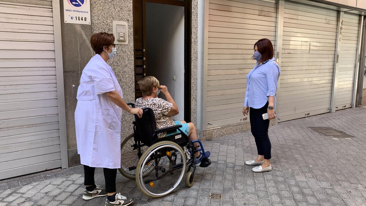 La concejala de Servicios Sociales, Carmen Luz Vargas, junto a una usuaria y una trabajadora del Servicio de Ayuda a Domicilio.