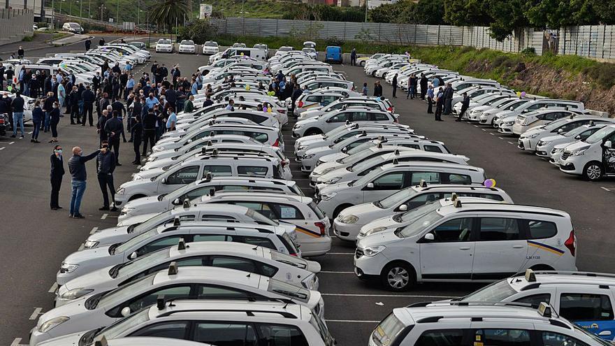 Más de 400 taxistas exigen en la calle la vuelta urgente de los turnos de trabajo