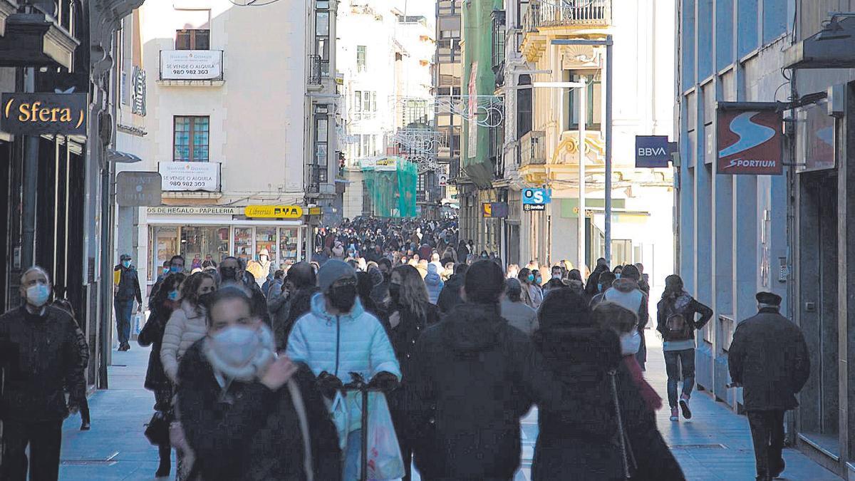 Viandantes por Santa Clara, ayer por la mañana.   José Luis Fernández