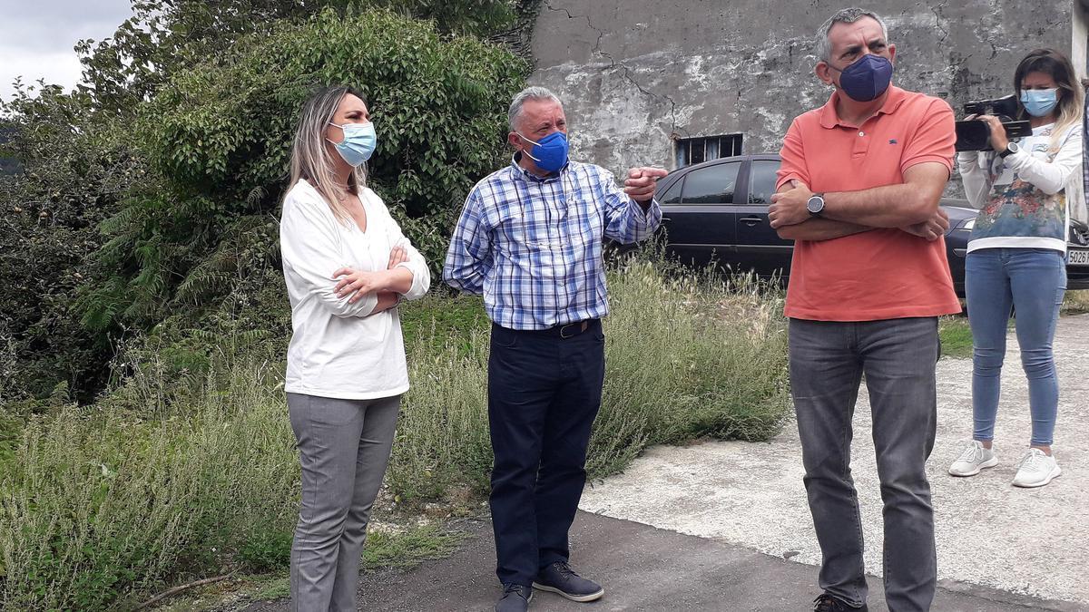 La consejera de Presidencia, Rita Camblor, el alcalde de Pesoz, José Valledor y el director general de Administración Local, Manuel Calvo, visitan Francos
