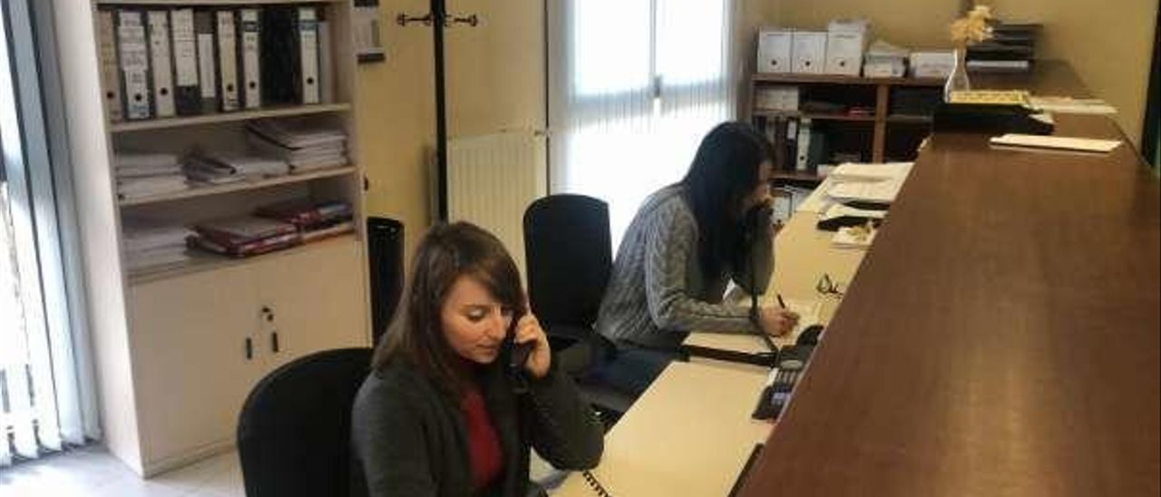 Mónica Álvarez y Raquel Castro, haciendo llamadas en el Consistorio de Taramundi.