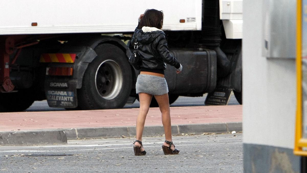 Una joven por la zona del Eroski, donde habitualmente se ponen trabajadoras sexuales.