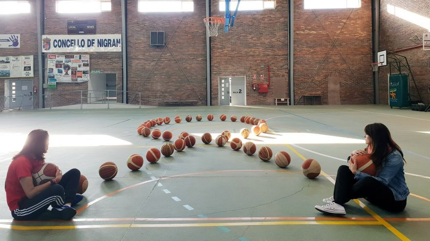 Los 44 balones del CB Nigrán para las 44 víctimas de la violencia machista