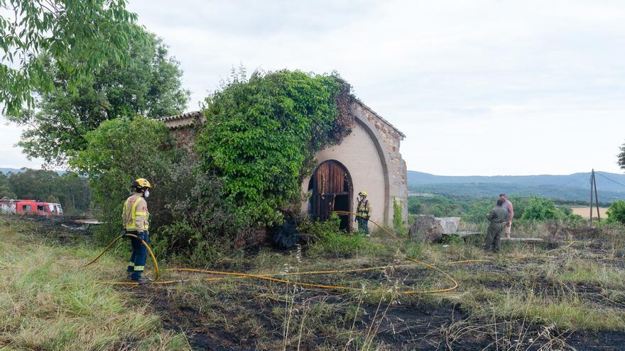 Un incendi crema els voltants de l'ermita de Can Nadal de Llagostera