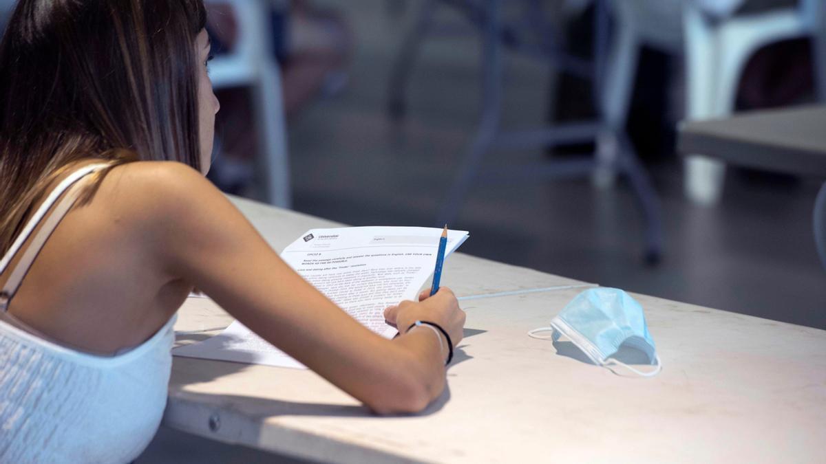 Una joven se presenta a un examen.