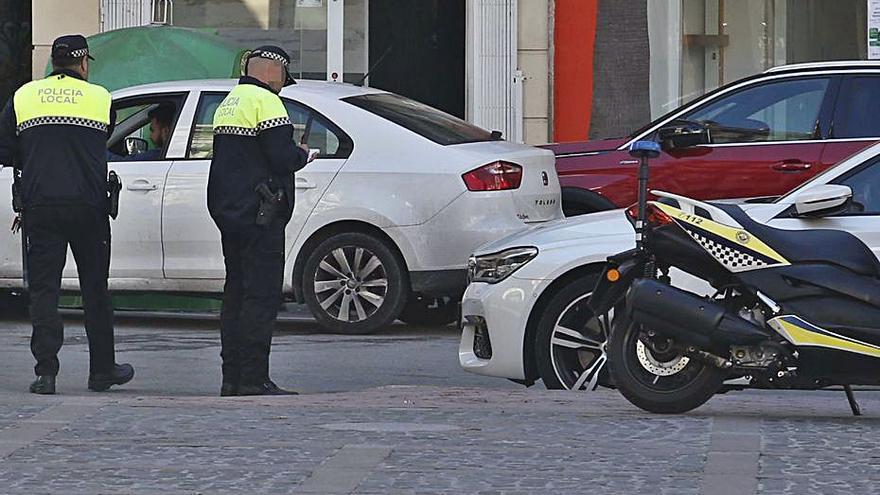 Multa de 400 euros por llamar «comemierda» a un policía cuando le denunciaba en Alzira