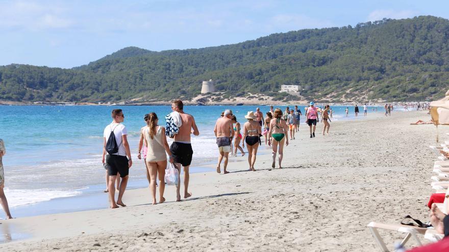 El turismo familiar llena Platja d'en Bossa y es Viver, en Ibiza