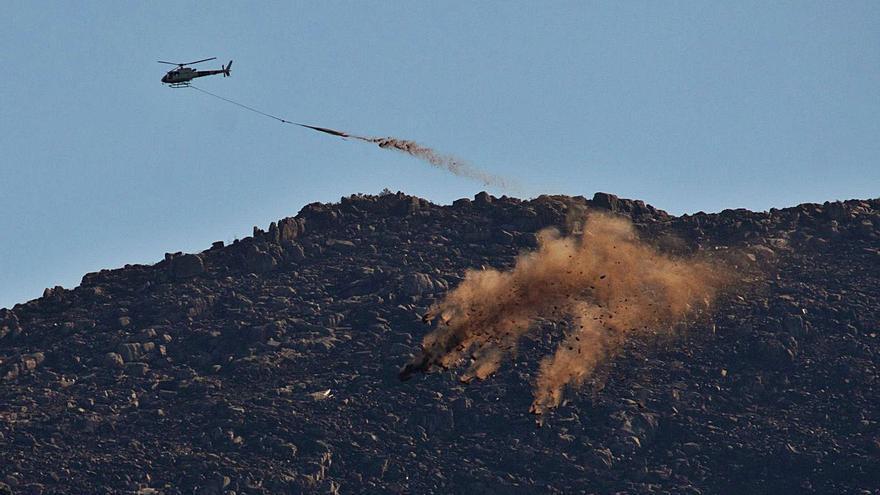 La erosión del terreno devastado por los incendios se combate desde el aire
